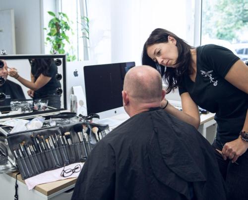 Um Glanzstellen und Hautunreinheiten abzudecken kommt Make-Up vor dem Dreh zum Einsatz.
