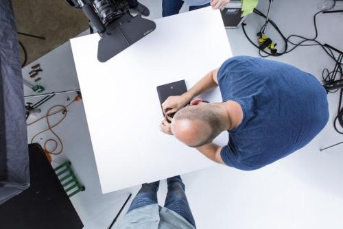 Präziser Aufbau für eine Detail-Aufnahme bei einem Produktfilm-Dreh in Hanau.