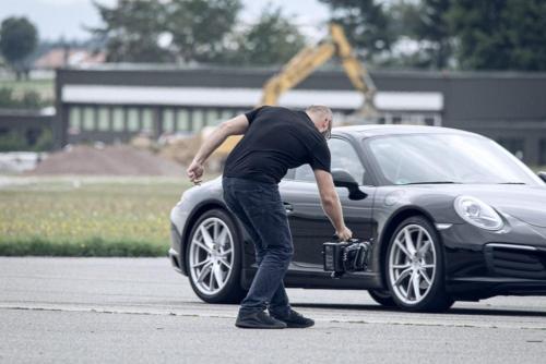 Der Porsche wird bei einem Dreh in Szene gesetzt.