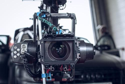 """Der """"Flight Head"""" stabilisiert die Kamera bei rasanten Verfolgungsfahrten mit einem Kamerakran-Wagen."""