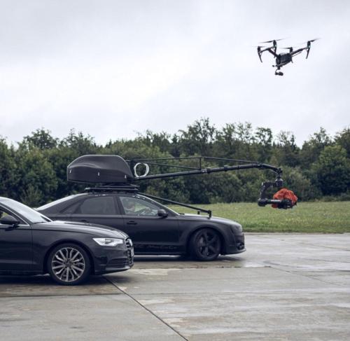 Kamerakran-Auto und Drohne: hier werden die großen Geschütze aufgefahren.