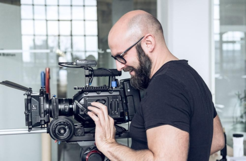 Die Kameraeinstellungen werden überprüft bei einem Produktfilm-Dreh in Frankfurt.