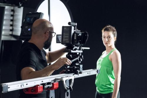 Ein Slider kommt zum Einsatz bei einem Studio-Dreh für einen Imagefilm in Hanau.