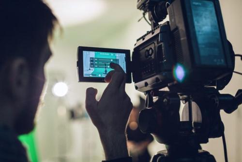 Die Kameraeinstellungen werden überprüft bei einem Greenscreen-Dreh in Hanau.