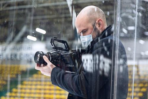 Dreh in der leergefegten Eissporthalle.