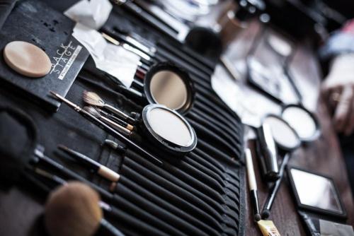 Das Make-Up-/Pinsel-Set bei einem Imagefilm-Dreh.